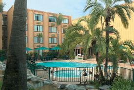 Holiday_inn_suites_pool